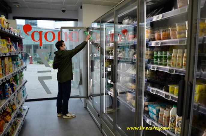 Deux clients différents ne peuvent pas entrer en même temps dans la box. Le parcours d'achat dure en moyenne une minute. L'assortiment, frais et sec, compte 300 références : un tiers de snacking, un tiers de dépannage alimentaire, un tiers de dépannage non-alimentaire.