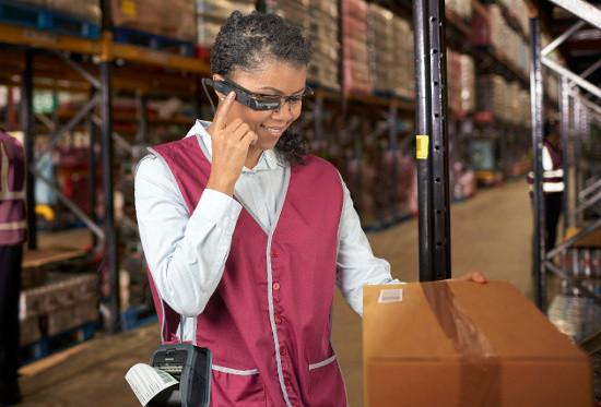 Les lunettes connectées Toshiba facilitent le picking